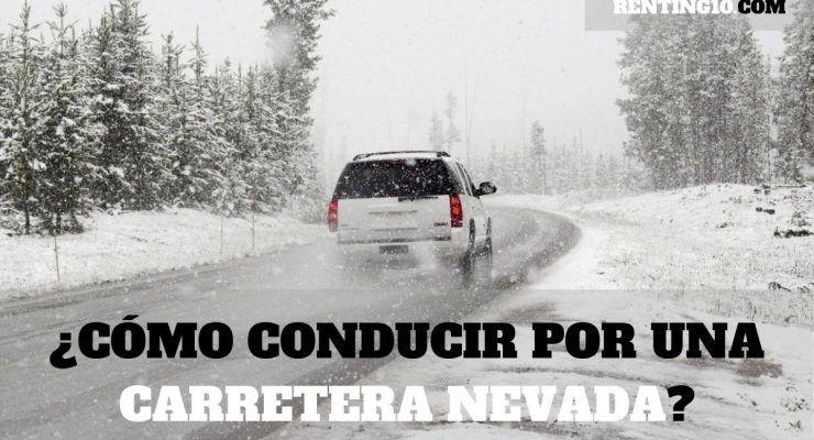 ¿Cómo debemos conducir por una carretera nevada?
